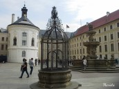 El segundo patio, la capilla de la Santa Cruz y la fuente de Kohl