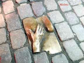 """""""La mano y la teta"""" 1993. En el suelo, frente a la Oude Kerk, encontramos este relieve en bronce. El pecho representa a la prostituta y la mano al cliente."""