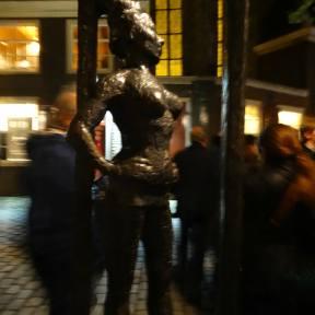 """""""Belle"""", obra de la escultora Els Rijerse, a petición de Mariska Majoor, fundadora del programa Centro de Información sobre la Prostitución. Primer monumento dedicado a las personas que trabajan como profesionales del sexo. En la placa de la base de la escultura reza un """"Respect sex workers all over the world"""" (Respeto a todos los trabajadores del sexo en todo el mundo)"""