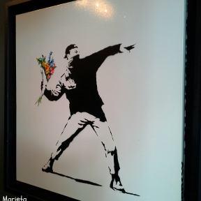 """""""Lanzando flores"""" de Banksy"""