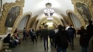 Estación de Kiyevskaya. (Línea 5). Adornada con grandes mosaicos que conmemoran la unidad ruso-ucraniana.