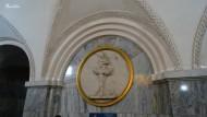 Estación de Park Kultury. (Línea 5). Inaugurada el 1 de enero de 1950. Está decorada con 26 bajorrelieves de forma circular, en los que se representan actividades de ocio de la juventud soviética como deportes, juegos, música y baile.